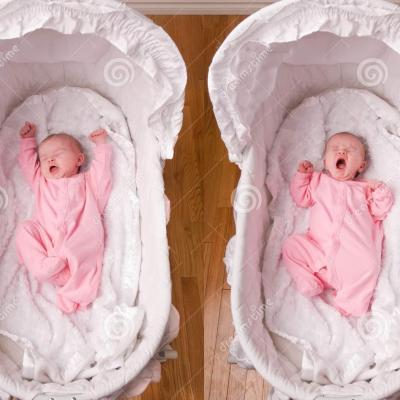 Bebe nouveau ne baillant dans le berceau 16427993 2